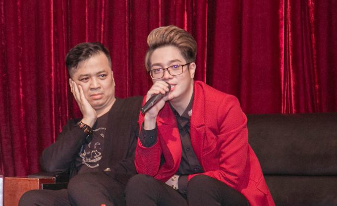 Nhạc sĩ Tiến Minh (giữa) sáng tác Nói với em rằng sau khi chứng kiến phút yếu lòng của Bùi Anh Tuấn.