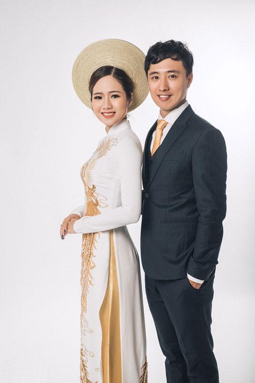 Thực hiện bộ ảnh cưới trong studio, cô dâu và chú rể cho biết họ thích sự đơn giản của phong cách ảnh này, cũng giống như tình cảm của họ vậy. Hai đứa hay nói với nhau, giờ anh là 1/2 người Việt Nam, còn em là 1/2 người Trung Quốc rồi. Do vậy, chúng tôi muốn chụp những bức ảnh với trang phục truyền thống của hai bên, vừa vui mà vừa thể hiện sự trân trọng đối với văn hóa của hai đất nước, cô dâu Anh Thảo chia sẻ.