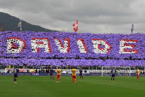 Các fan trên sân nhàArtemio Franchi ở Florence xếp bảng thành chữ Davide tri ân đội trưởng xấu số vừa qua đời hôm 4/3 trước khi trận đấu với Benevento tại vòng 27 Serie A cuối tuần qua.