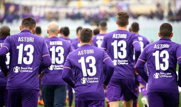 Các cầu thủ Fiorentina đều mặc áo in tên và số áo đội trưởng xấu số khi khởi động trước trận.