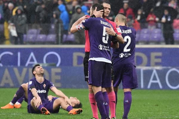 Sau khi trọng tài thổi còi kết thúc trận đấu, nhiều cầu thủ áo tím xúc động, gục xuống sân nức nở nhớ về Davide Astori