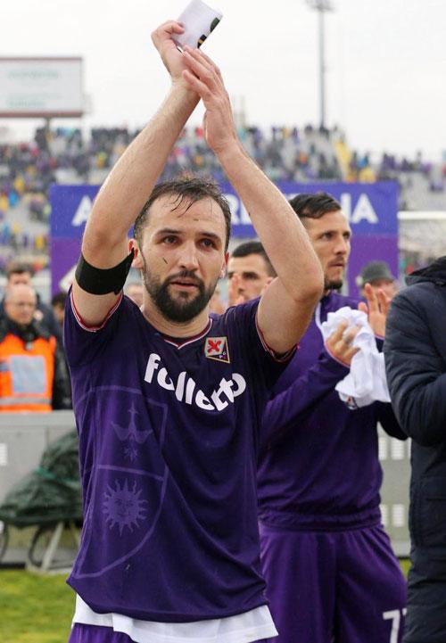 Milan Baldelj giơ cao tấm băng đội trưởng của Davide Astori. Trong trận đấu, anh được HLV trao băng thủ quân tạm quyền.