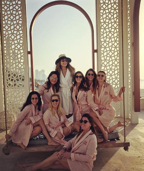Mina Basaran cùng 7 người bạn thân chụp ảnh cùng nhau tại khách sạn ở Dubai. Ảnh: Instagram