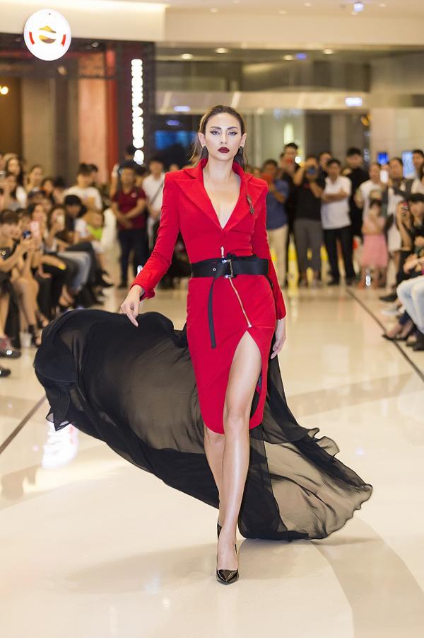 Trang phục của nhà thiết kế Nguyễn Tiến Truyển giúp người đẹp trở nên thu hút hơn khi thể hiện những sải bước chuyên nghiệp trước hàng trăm bạn trẻ đến tham gia casting.