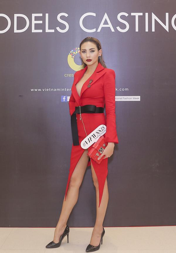 Võ Hoàng Yến trở thành tâm điểm của sự kiện nhờ cách chọn trang phục nổi bật với đường cut uot bắt mắt cho chi tiết váy cổ vest đi kèm đường xẻ cao.