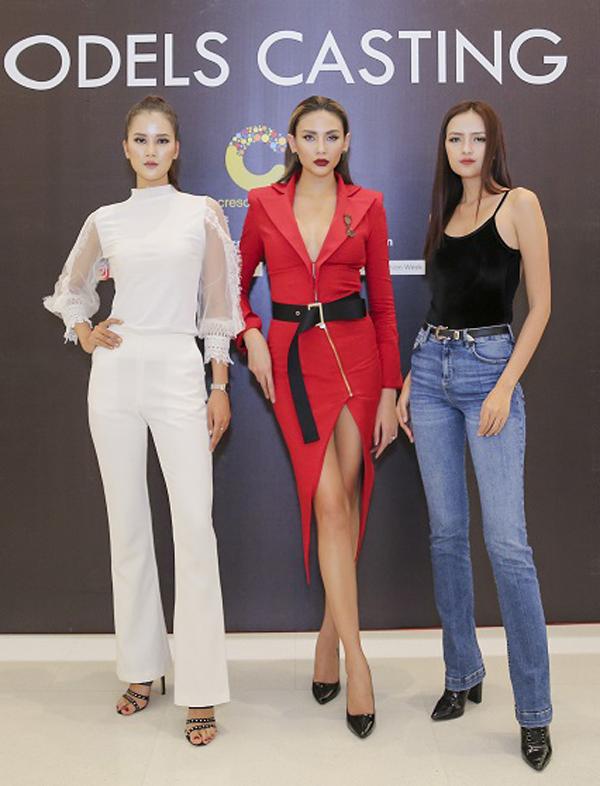 Chiều ngày 11/3, siêu mẫu Võ Hoàng Yến cùng hai quán quân của Vietnams Next Top Model là Hương Ly và Ngọc Châu đã góp mặt tại buổi casting người mẫu cho tuần lễ thời trang quốc tế Việt Nam mùa Xuân - Hè 2018.