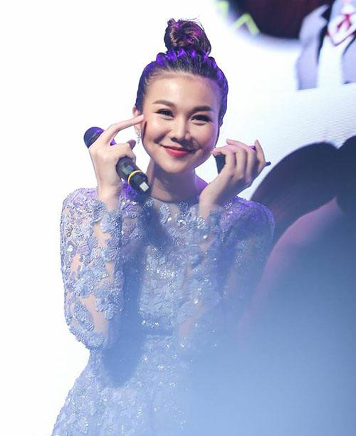 Thanh Hằng biểu cảm dễ thương khi giọng hát của chính mình trong phim.
