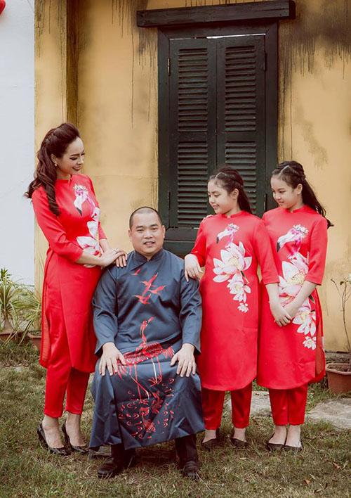 Gia đình Thuý Hạnh - Minh Khangchụp hình kiểu hoài cổ và chú thích: Gia đình nhỏ với ông chủ trẻ, cô vợ hơi lớn và hai nàng tiểu thư.