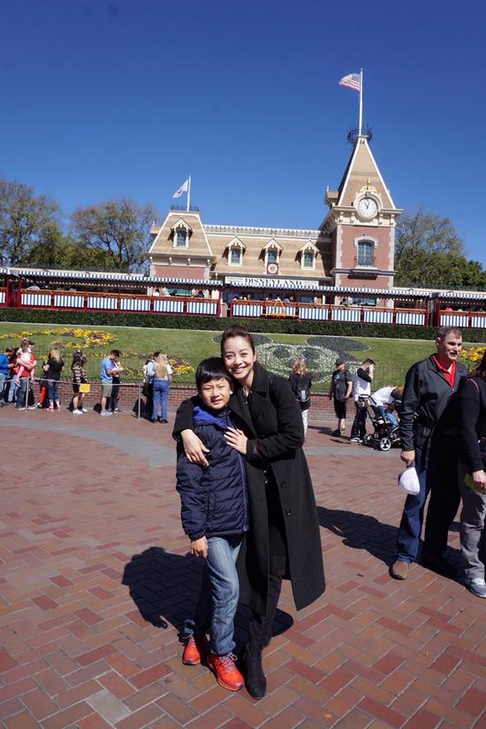 Vợ chồng Jennifer Phạm đưa hai con đi chơi Disneyland - 2