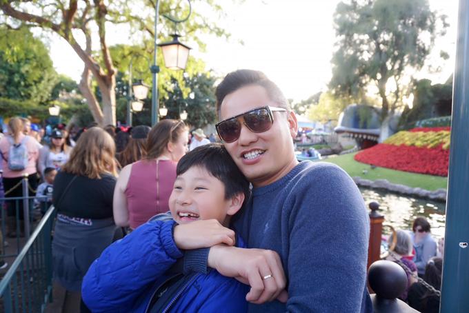 Vợ chồng Jennifer Phạm đưa hai con đi chơi Disneyland - 10