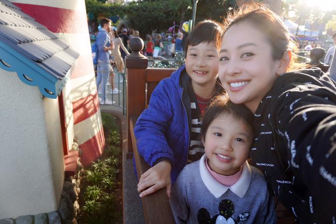 Mỗi năm, Jennifer Phạm vẫn sắp xếp lịch làm việc để có thể bay sang Mỹ vài lần thăm con trai. Cậu nhóc cũng thường xuyên gọi điện về cho mẹ và nói chuyện với các em.
