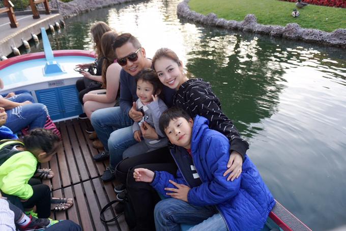 Vợ chồng Jennifer Phạm - Đức Hải qua Mỹ từ dịp Tết Nguyên đán để thăm con trai Bảo Nam. Hoa hậu cho biết, cô dành trọn thời gian ở bên gia đình bởi thi thoảng cô mới được đoàn tụ cùng người thân. Trước khi về Việt Nam, vợ chồng cô nhờ ông bà ngoại trông nom bé Nu để đưa hai con Bảo Nam, bé Na đi vui chơi tại công viên Disneyland.
