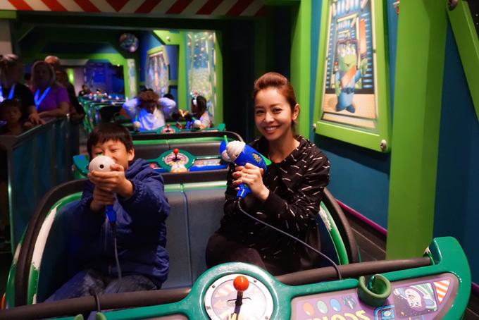 Vợ chồng Jennifer Phạm đưa hai con đi chơi Disneyland - 4