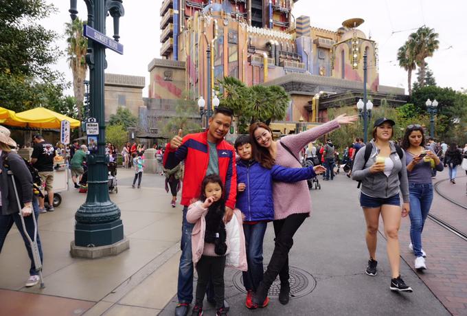 Vợ chồng Jennifer Phạm đưa hai con đi chơi Disneyland