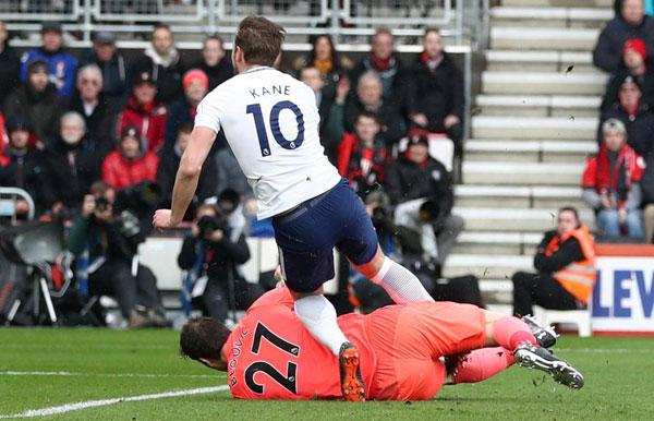 Harry Kane chống nạng rời sân, nước Anh nín thở - 1