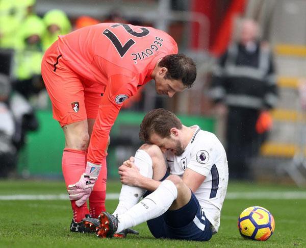 Harry Kane chống nạng rời sân, nước Anh nín thở - 3
