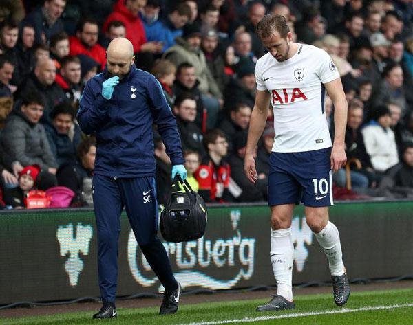 Harry Kane chống nạng rời sân, nước Anh nín thở - 5