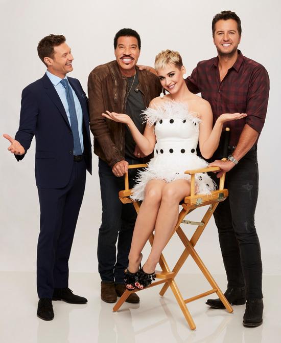 Katy Perry bên các đồng nghiệp Lionel Richie, Luke Bryan và MC Ryan Seacrest (ngoài cùng bên trái).