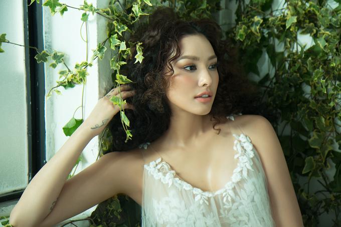 Trong bộ ảnh mới nhất của nhiếp ảnh gia Milor Trần, Lilly Nguyễn gây ấn tượng với tạo hình nhẹ nhàng, lối trang điểm trong trẻo và trang phục gợi cảm theo phong cách mùa hè.