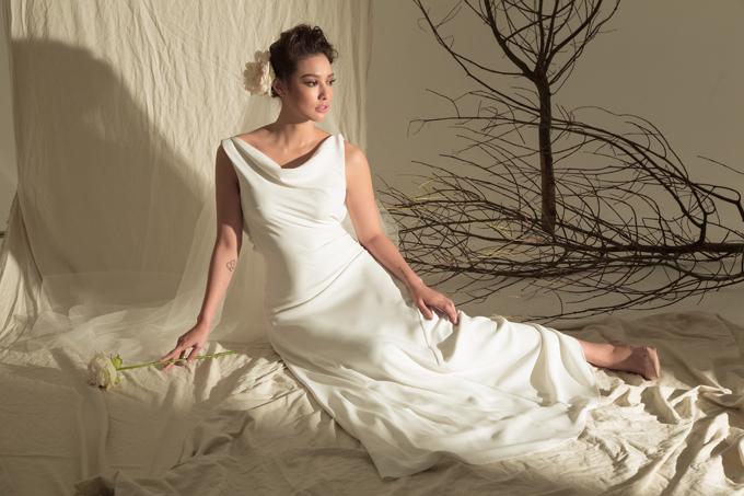 Đi đôi với các mẫu váy dễ dàng ứng dụng trong cuộc sống hàng ngày, bộ ảnh còn giới thiệu các thiết kế dành cho tiệc tùng.