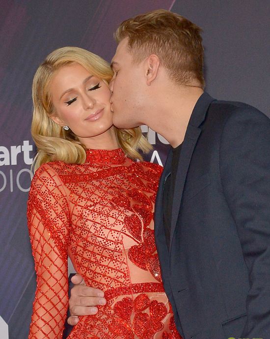 Paris đã được Chris Zylka, tài tử kém cô 4 tuổi, cầu hôn vào kỳ nghỉ năm mới. Người đẹp tóc vàng đang bận rộn lên kế hoạch tổ chứclễ cưới hoành tráng .