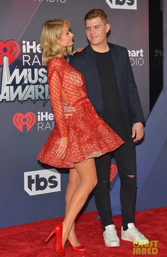 Paris Hilton được vị hôn phu hộ tống đếniHeartRadio Music Awards ở Los Angeles tối 11/3. Cặp đôi sắp cưới không ngừng trao nhau cử chỉ âu yếm.