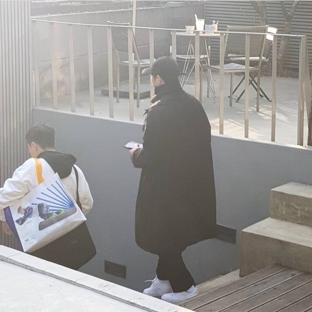 Song Joong Ki tại tiệm cafe...