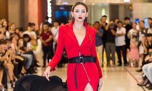 Võ Hoàng Yến mặc váy bó đi casting người mẫu