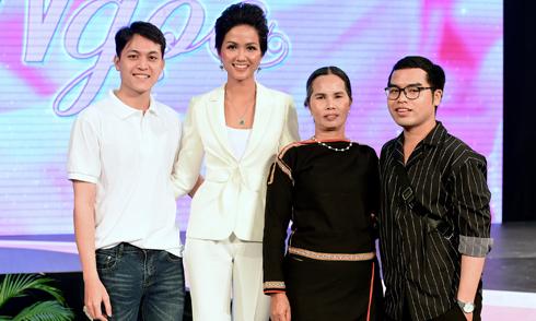 Mẹ và anh em họ đi cổ vũ Hoa hậu H'Hen Niê lần đầu làm MC