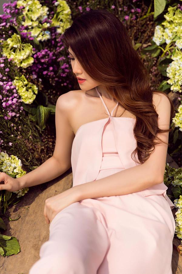 Áo quây tông hồng thạch anh được xếp layer nhẹ nhàng và phối hợp cùng quần lụa tiệp màu sắc.