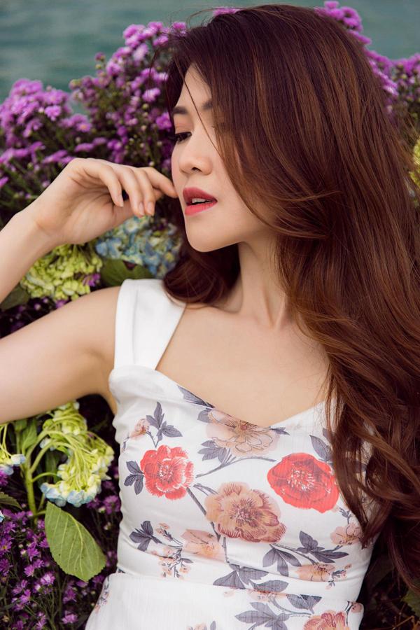 Cùng với hoa nhí, hình ảnh các loài hoa mùa hạ cũng được chọn lựa và tạo điểm nhấn trên nhiều chất liệu vải trắng thoáng mát.