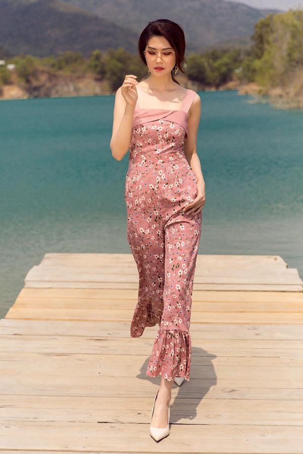 Chi tiết hai dây được khai thác và đặt để trên nhiều mẫu trang phục để giúp phái đẹp thỏa sức chọn lựa và kết hợp trang phục.