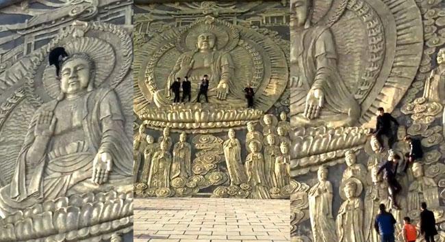 Nhóm du khách trèo lên đầu tượng Phật để chụp ảnh