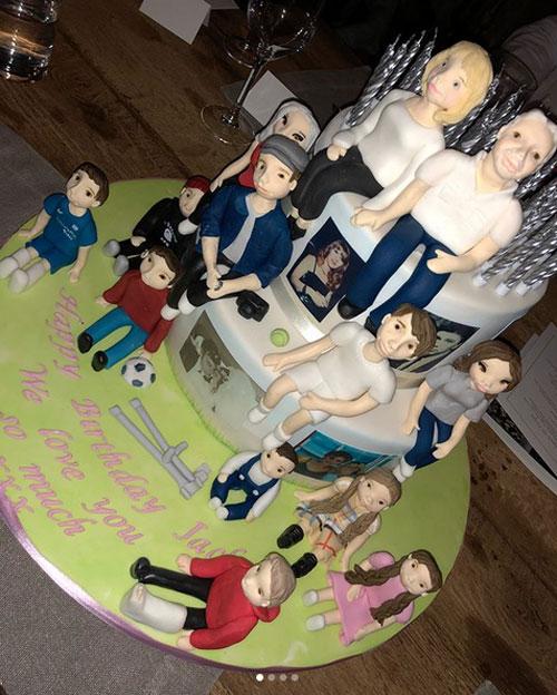Bánh sinh nhật độc đáo của bà Jackie in hình hai ông bà bên 11 đứa cháu cả nội cả ngoại. Vic và Louise mỗi người có 4 đứa con còn Michael có 3 nhóc.