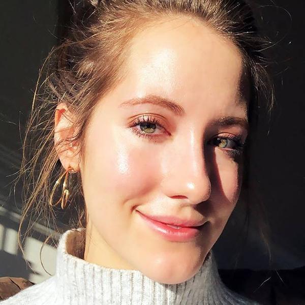 Lindsey Metrus là biên tập viên Làm đẹp của chuyên trang Byrdie. Lindsey chia sẻ, cô có làn da rất khô, thường xuyên phải thoa nhiều lớp kem dưỡng ẩm nhưng tình trạng da không mấy cải thiện. Làn da khô gây ra nhiều nếp nhăn, khiến cô trông già hơn so với tuổi thật.