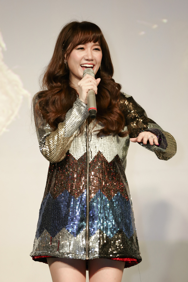 Showcase của Hari Won diễn ra tối 12/3 tại TP HCM. Trong đêm này, Hari biến hóa hình ảnh liên tục. Ban đầu cô diện váy ngắn cũn, sau đó lại xuất hiện với hình ảnh dịu dàng, quyến rũ trong bộ đầm dài.