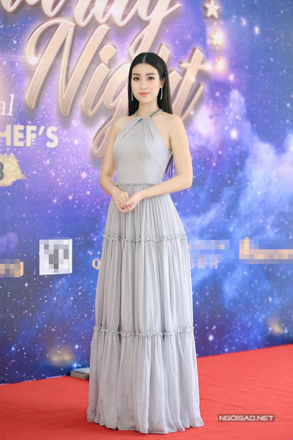 Hoa hậu Đỗ Mỹ Linh khoe vai trần gợi cảm khi đi sự