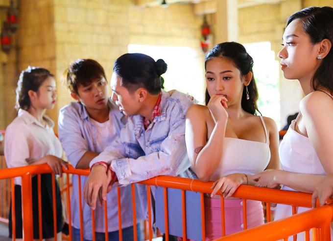 Hot girl quê Cà Mau Thúy Vi (thứ hai từ phải qua) được nhiều người biết đến sau ồn ào là kẻ thứ ba xen vào mối quan hệ của thiếu gia Phan Thành và diễn viên Midu. Cô nàng đã lên Sài Gòn lập nghiệp và được mời đóng phim điện ảnh đầu tay Yêu em bất chấp. Vai diễn của Thúy Vi là một cô gái đỏng đảnh, ghê gớm, thích trai đẹp.