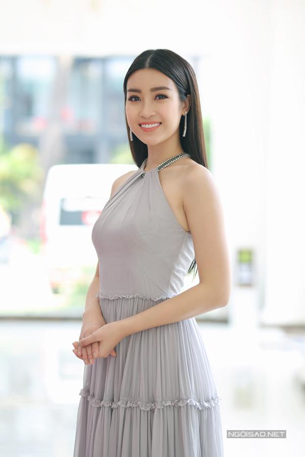 Hoa hậu Đỗ Mỹ Linh khoe vai trần gợi cảm khi đi sự  - 1