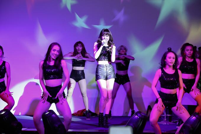 Nữ ca sĩ vừa hát vừa nhảy cùng vũ đoàn. Cô cho biết, đã dành nhiều thời gian tập luyện.