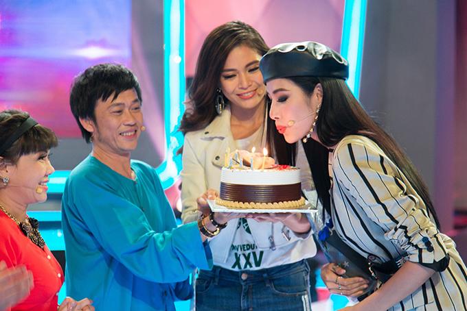 Á hậu Hoàng Thuỳ được Hoài Linh, Mâu Thuỷ tổ chức sinh nhật sớm - 3