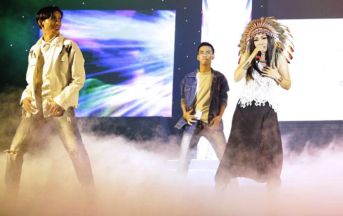 Phương Thanh cùng vũ đoàn khuấy động chương trình với liên khúc Như một giấc mơ được phối theo phong cách EDM.