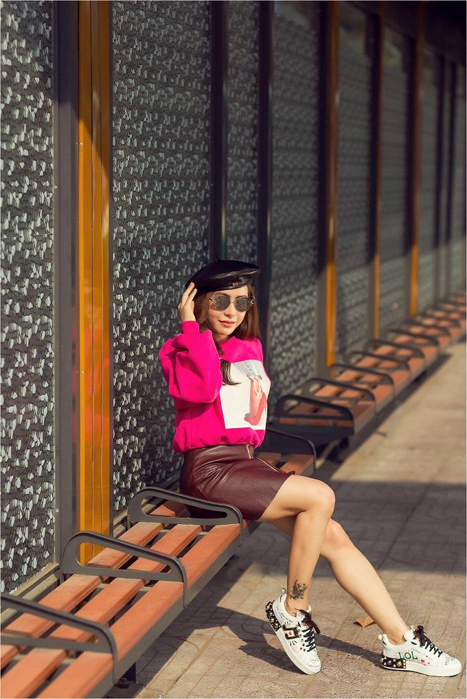 Bên cạnh phong cách dịu dàng, điệu đà, Mai Diệu Linh còn yêu thích street style trẻ trung, cá tính.