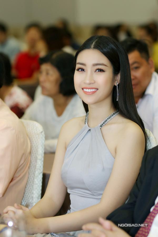 Hoa hậu Đỗ Mỹ Linh khoe vai trần gợi cảm khi đi sự  - 2