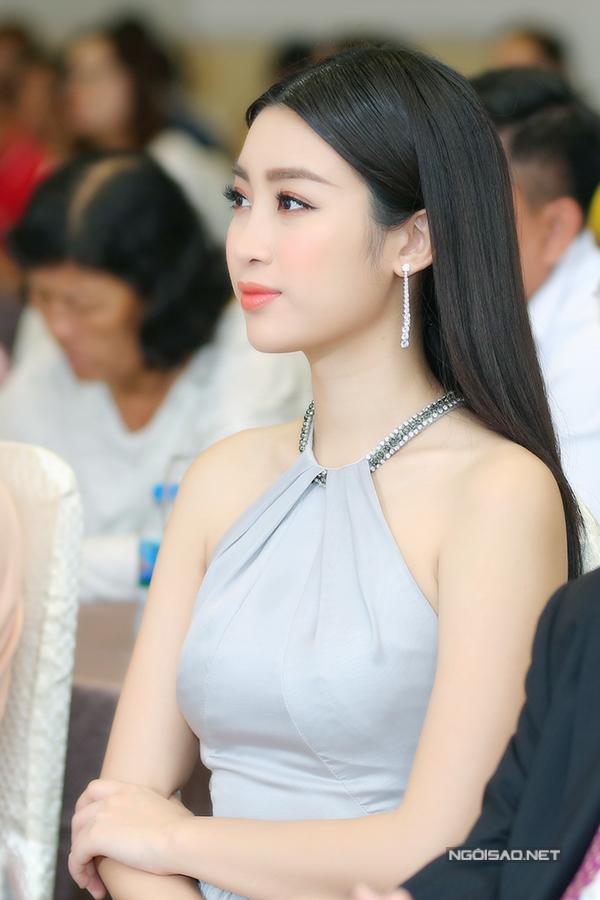 Hoa hậu Đỗ Mỹ Linh khoe vai trần gợi cảm khi đi sự  - 3