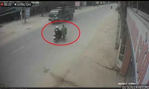 Cụ ông sang đường thiếu quan sát bị xe máy tông ngã
