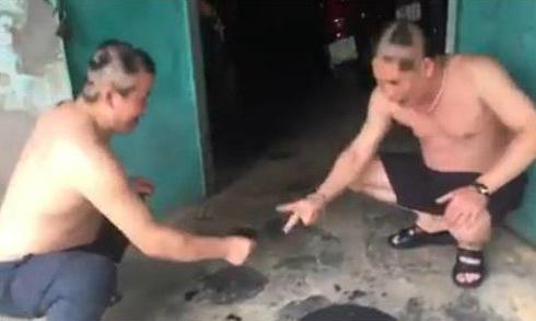 Hai người đàn ông U60 chơi oẳn tù tì cạo tóc, bôi nhọ nồi