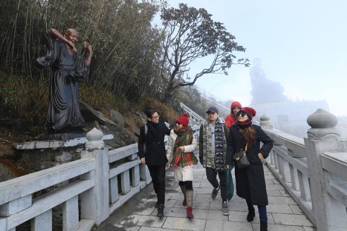 Kết nối từ Đại tượng Phật A Di Đà tới các công trình kiến trúc tâm linh tiêu biểu khác trên đỉnh Fansipan chính là Đường La Hán. Đây là con đường lát đá nguyên khối, chạy men theo thế núi, nơi hội tụ 18 tượng La Hán bằng đồng cao 2,5 m được chế tác kỳ công, cùng những gốc đỗ quyên 400-500 tuổi. Để bảo tồn những cây đỗ quyên cổ thụ vô giá này, chủ đầu tư đã chấp nhận uốn đường theo lối cây mọc. Nhờ vậy, du khách đi dạo trên Đường La Hán cũng có dịp ngắm nhìn loài cây đặc sản của Hoàng Liên Sơn.