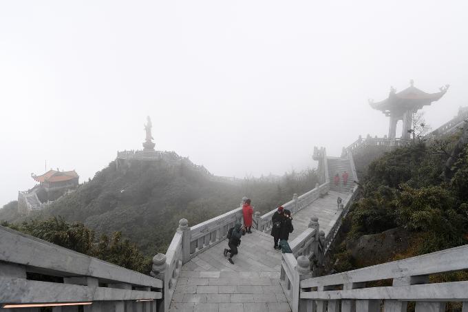 Cuối Đường La Hán, nhìn sang trái, du khách sẽ chiêm ngưỡng tượng đồng Quan Thế Âm Bồ Tát ngự trên một tảng đá vươn cao ngay trước Kim Sơn Bảo Thắng Tự. Điểm đến linh thiêng này là nơi nhiều Phật tử, du khách tìm tới cầu an lành, hạnh phúc cho gia đình, người thân.