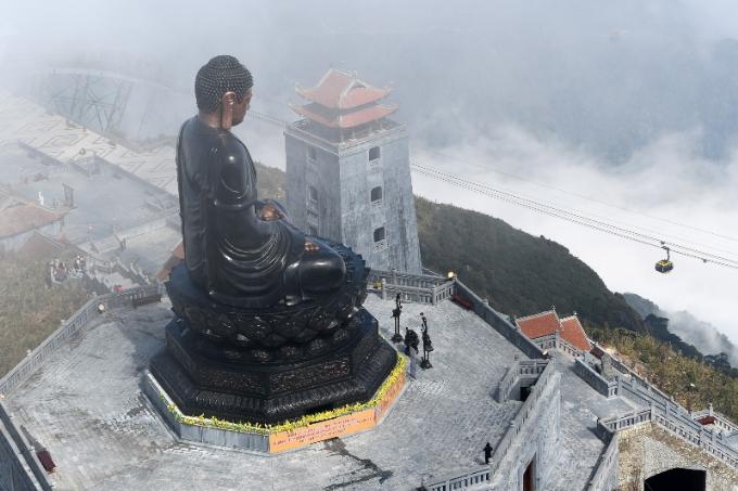 Tượng cao 12,5 m, được đúc ghép bởi hơn 50 tấn đồng theo công nghệ hiện đại nhất hiện nay. Chất liệu thép được sử dụng làm khung giúp chống biến dạng tượng trong điều kiện thời tiết bất lợi. Các tấm ốp bằng đồng được gia công theo kỹ thuật áp lực cơ khí, với những trang trí dạng phù điêu kế thừa mỹ thuật thời Trần. Nhìn từ xa, Đại tượng Phật A Di Đà sừng sững, uy nghi ngự giữa đài sen khổng lồ, hướng ánh mắt nhân từ về trần thế là hình ảnh linh thiêng, để lại ấn tượng mạnh mẽ với các Phật tử và du khách thập phương.
